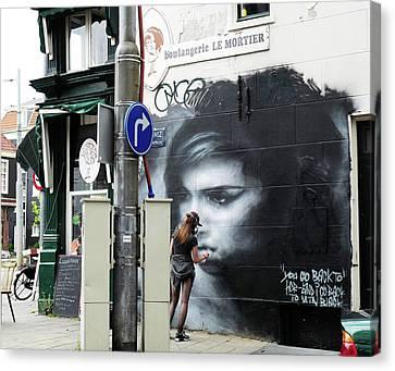 Graffiti Art Tribute To Amy Winehouse - Amsterdam Canvas Print by Rona Black