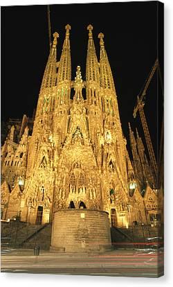 Night View Of Antoni Gaudis La Sagrada Canvas Print by Richard Nowitz