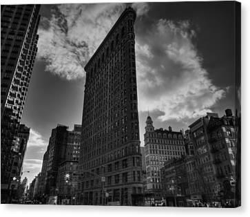 Nyc - Flatiron Building 001 Bw Canvas Print by Lance Vaughn