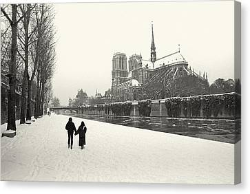Paris Lovers In Winter Canvas Print by Philippe Taka