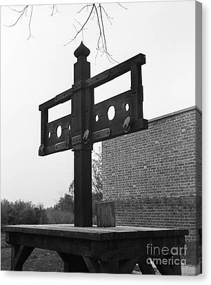 Pillory In Colonial Williamsburg Canvas Print by H. Armstrong Roberts/ClassicStock