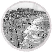 Santa Monica Beach In December Round Beach Towel by Underwood Archives