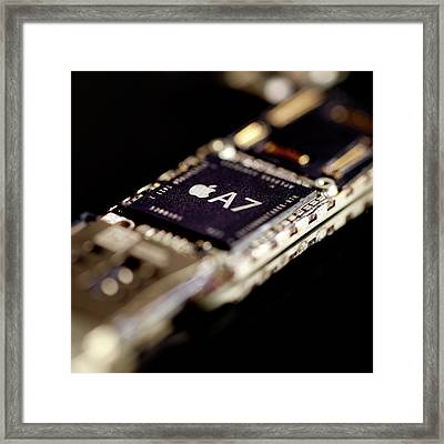 Apple A7 Microchip Framed Print by Science Photo Library