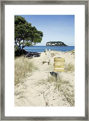 Beach Sign Framed Print by Les Cunliffe