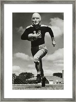 Don Hutson Running Framed Print by Gianfranco Weiss