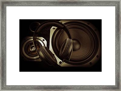 Headphones Framed Print by Les Cunliffe