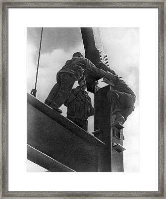 High Steel Workers In Ny Framed Print by Underwood Archives