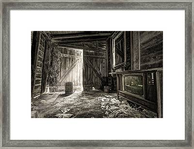 Inside Leo's Apple Barn - The Old Television In The Apple Barn Framed Print by Gary Heller