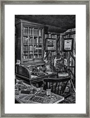 Old Fashioned Doctor's Office Bw Framed Print by Susan Candelario
