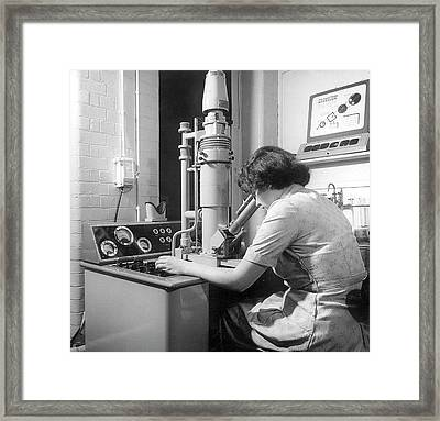 Scanning Electron Microscopy Framed Print by Crown Copyright/health & Safety Laboratory Science Photo Library