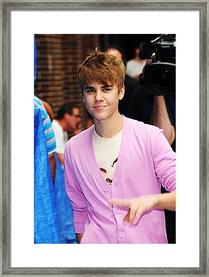 Justin Bieber At Talk Show Appearance Framed Print by Everett