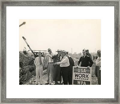 Eleanor Roosevelt At A Wpa Site In Des Framed Print by Everett