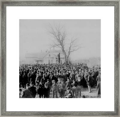 1000 People Gather To See The Body Of Framed Print by Everett