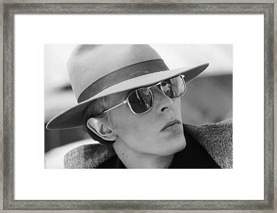 Bowie In Hat 1976 Framed Print by Terry O'Neill