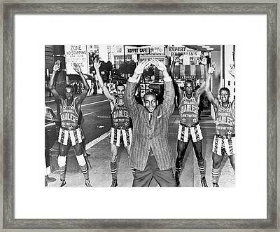 Ernie Banks And Globe Trotters Framed Print by Underwood Archives