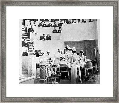 John Hopkins Operating Theater, 19031904 Framed Print by Science Source