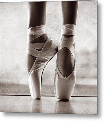 Ballet En Pointe Metal Print by Laura Fasulo