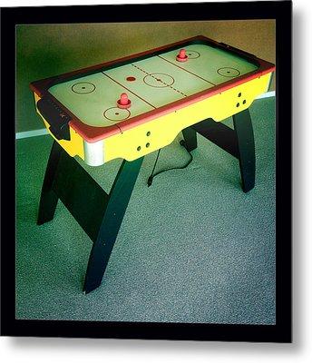 Air Hockey Table Metal Print by Les Cunliffe