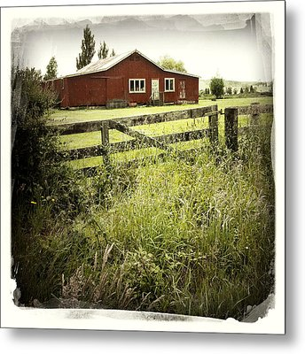 Barn In Field Metal Print by Les Cunliffe