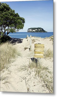 Beach Sign Metal Print by Les Cunliffe