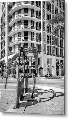 Duenos Do Las Estrellas Sculpture - Downtown - Miami - Black And White Metal Print by Ian Monk
