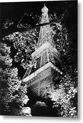 Eiffel Tower At Night Metal Print by Underwood Archives