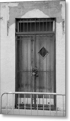 Enter In Black And White Metal Print by Rob Hans