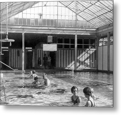 Franklin Roosevelt In Pool Metal Print by Underwood Archives