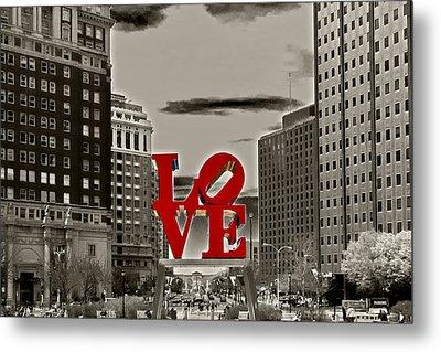 Love Sculpture - Philadelphia - Bw Metal Print by Lou Ford
