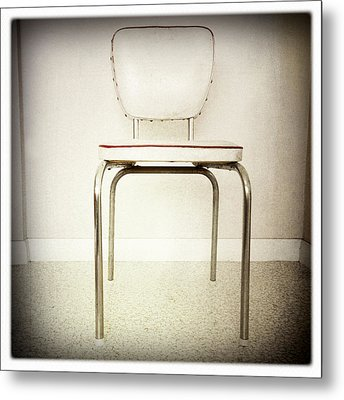 Old Chair Metal Print by Les Cunliffe
