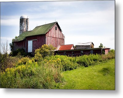 Red Barn In Groton Metal Print by Gary Heller