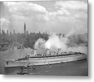 Rms Queen Mary Arriving In New York Harbor Metal Print by War Is Hell Store