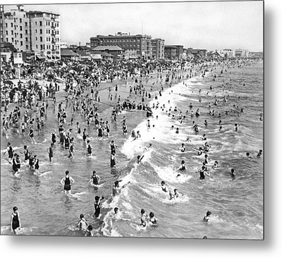 Santa Monica Beach In December Metal Print by Underwood Archives