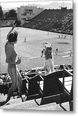 Sf Giants Fans Cheer Metal Print by Underwood Archives