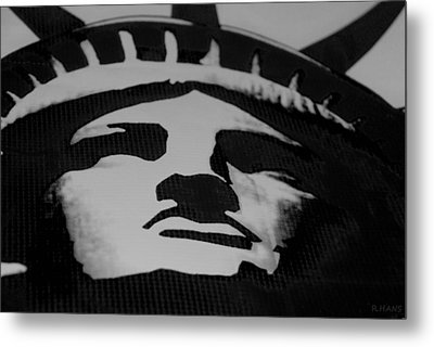 Statue Of Liberty In Black And White Metal Print by Rob Hans