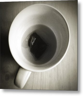 Tea Cup Metal Print by Les Cunliffe