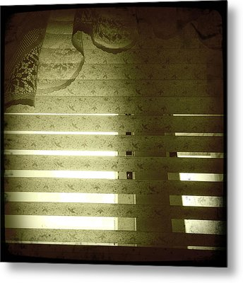 Venetian Blinds Metal Print by Les Cunliffe