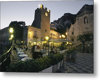An Outdoor Cafe-restaurant With Diners Metal Print by Richard Nowitz