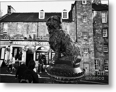 Greyfriars Bobby Statue In Front Of The Bar Candlemaker Row Edinburgh Metal Print by Joe Fox