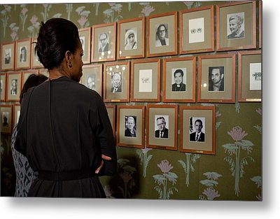 Michelle Obama Looks At Pictures Metal Print by Everett