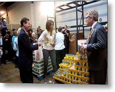 Michelle Obama Volunteers For Feeding Metal Print by Everett