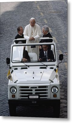 Pope John Paul II Rides In An Open-air Metal Print by James L. Stanfield