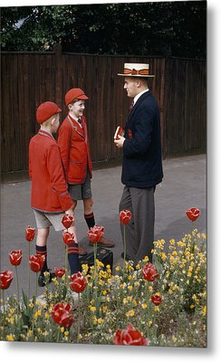 Schoolboys Chat With A Master At Kings Metal Print by Franc Shor
