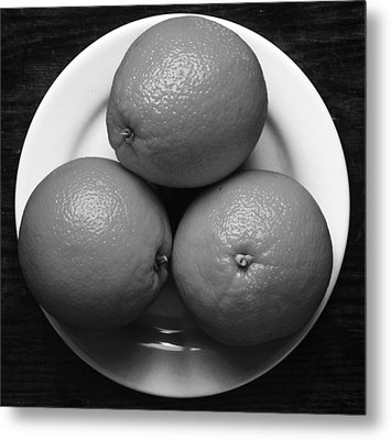Oranges On White Plate In Black And White Metal Print by Donald Erickson