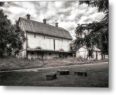 Barn In Black And White Metal Print by Tom Mc Nemar