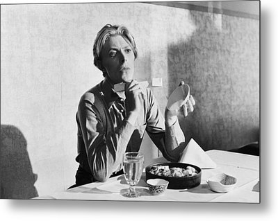 Bowie At Lunch  Metal Print by Terry O'Neill