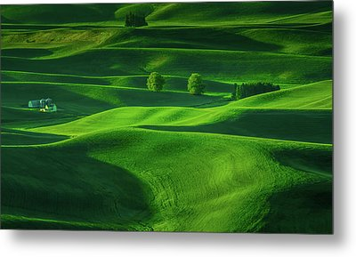Farmhouse In The Waves Of Light Metal Print by Don Schwartz