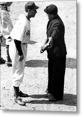 Leo Durocher Argues With An Umpire Metal Print by Everett
