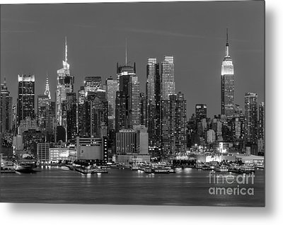 Manhattan Twilight Iv Metal Print by Clarence Holmes