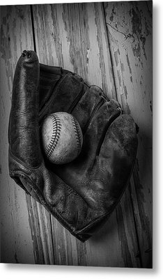 Old Mitt In Black And White Metal Print by Garry Gay